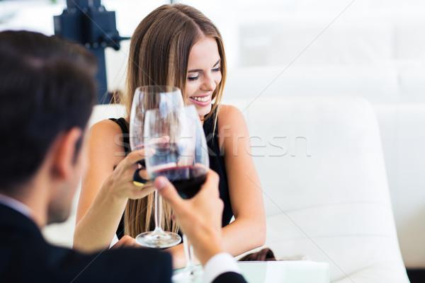 Homme heureux élégante femme potable vin rouge Photo stock © deandrobot