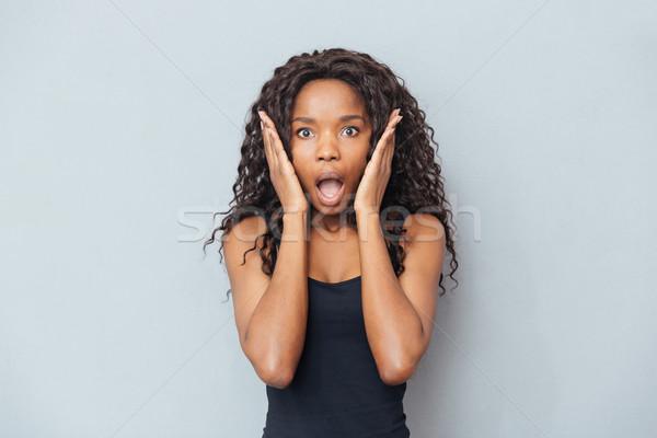 Maravilhado africano americano mulher olhando câmera Foto stock © deandrobot