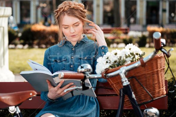 Pensieroso donna seduta panchina parco lettura Foto d'archivio © deandrobot