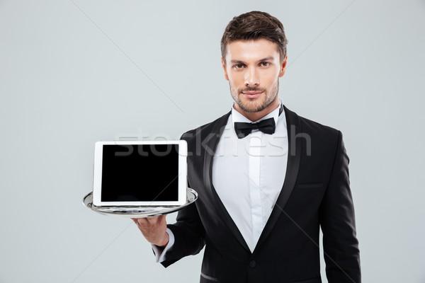 Komornyik csokornyakkendő tart képernyő tabletta tálca Stock fotó © deandrobot