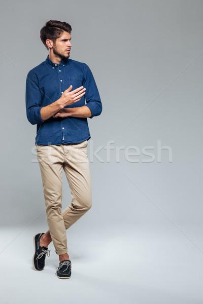 Ritratto uomo piedi gambe incrociate casuale Foto d'archivio © deandrobot