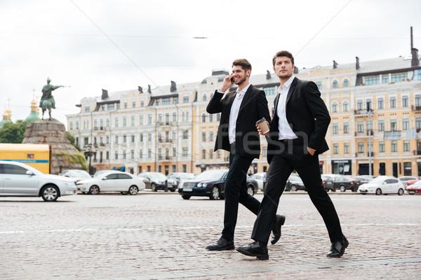Stok fotoğraf: Iki · genç · işadamları · yürüyüş · konuşma · cep · telefonu