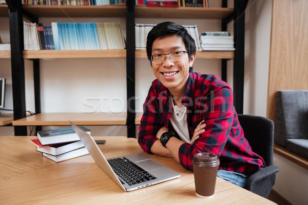 Zdjęcia stock: Asian · człowiek · za · pomocą · laptopa · biblioteki · pitnej · kawy