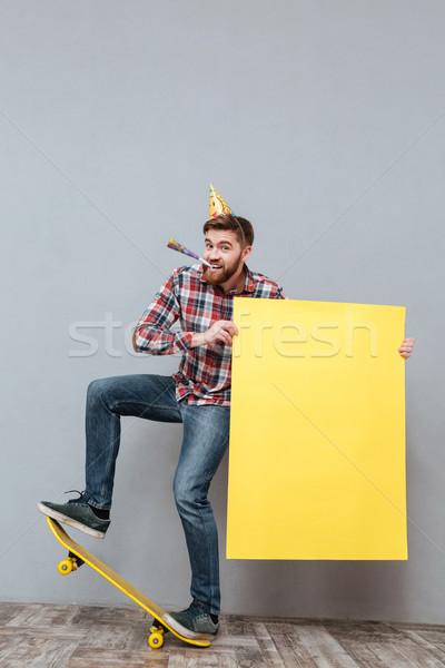 élégant jeunes barbu anniversaire homme skateboard Photo stock © deandrobot