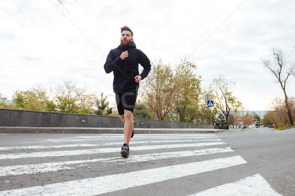 Młodych runner przejście dla pieszych widok z boku krzyż uruchomiony Zdjęcia stock © deandrobot