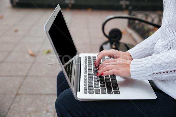 Dizüstü bilgisayar kullanılmış genç kadın eller oturma bank Stok fotoğraf © deandrobot