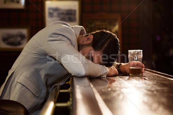 Bêbado homem adormecido pub contrariar jovem Foto stock © deandrobot