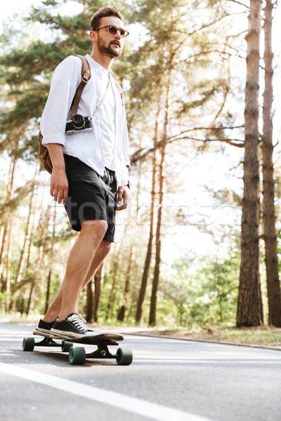 Vonzó férfi gördeszka kint kép fiatal Stock fotó © deandrobot