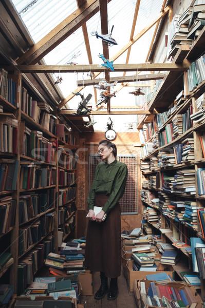 Shot kobieta biblioteki młoda kobieta zielone Zdjęcia stock © deandrobot