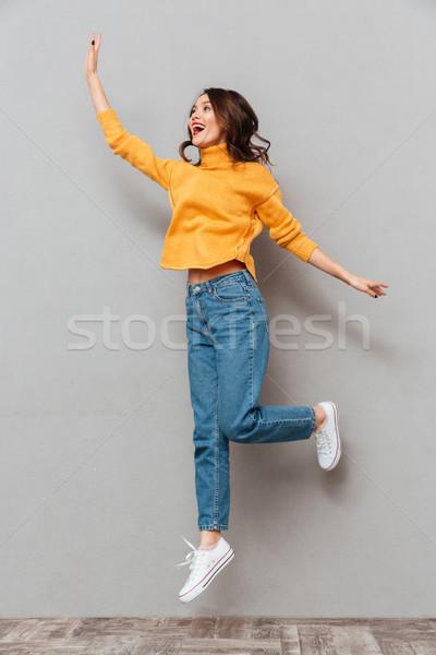 Imagem alegre morena mulher suéter Foto stock © deandrobot