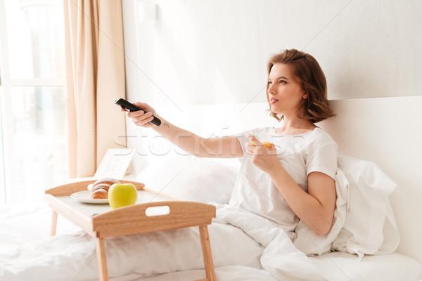 Felice giovani signora guardare tv Foto d'archivio © deandrobot