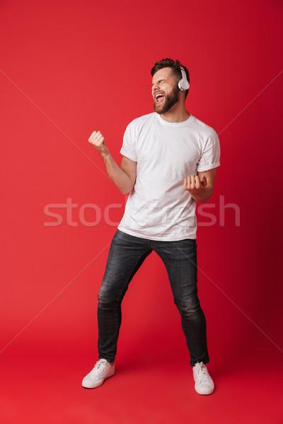 Emocjonalny krzyczeć młody człowiek odizolowany obraz czerwony Zdjęcia stock © deandrobot
