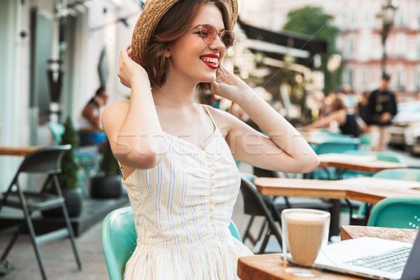 Blijde vrouw jurk strohoed vergadering tabel Stockfoto © deandrobot