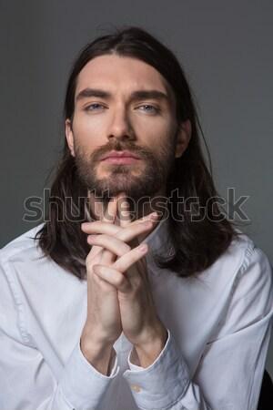 Peinzend man baard lang haar naar camera Stockfoto © deandrobot