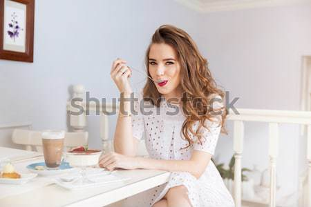 Atractiv zâmbitor rochie de culoare alba cafenea portret Imagine de stoc © deandrobot