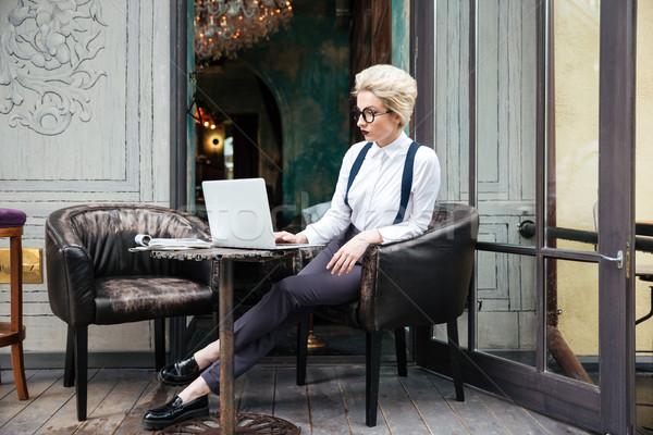 задумчивый молодые красивая женщина рабочих портативного компьютера улице Сток-фото © deandrobot