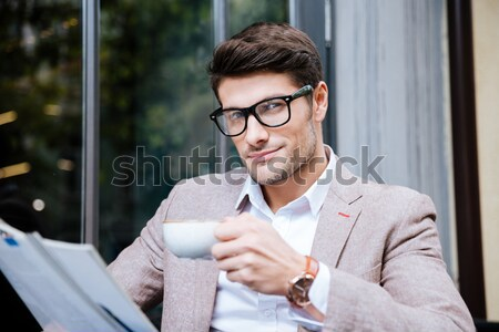 Concentrado homem café revista sessão ao ar livre Foto stock © deandrobot