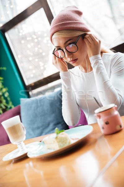 女性 食べ 音楽を聴く イヤホン カフェ 魅力的な ストックフォト © deandrobot