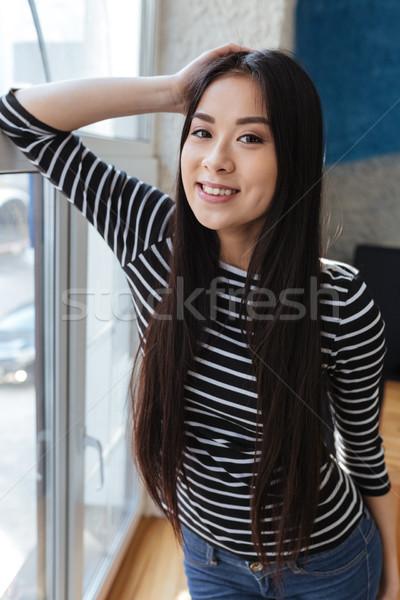 Vertical image heureux asian femme cafétéria Photo stock © deandrobot