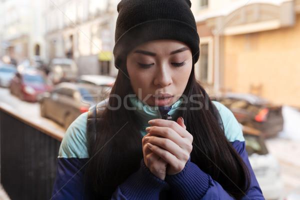 Bevroren asian vrouw warm kleding permanente Stockfoto © deandrobot