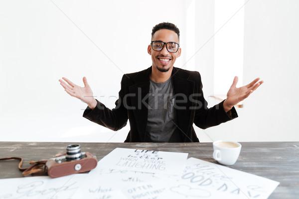 Heureux · Africaine · Homme · Costume · Séance · Table