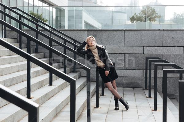 Ernstig jonge blond dame buitenshuis Stockfoto © deandrobot