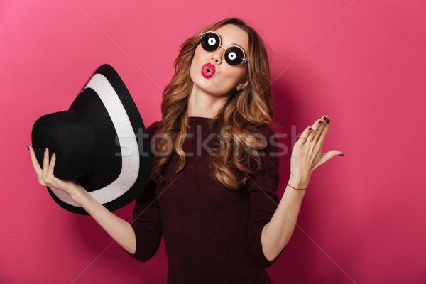 Bastante dama sombrero gafas de sol Foto stock © deandrobot
