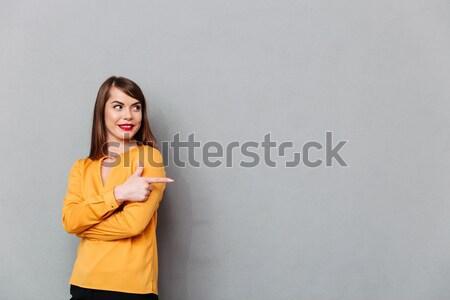 Vista laterale sorridere bruna donna maglione Foto d'archivio © deandrobot