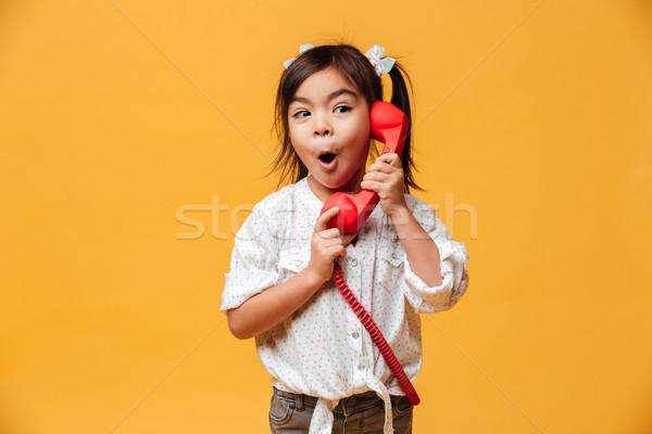 Geschokt opgewonden meisje praten Rood retro Stockfoto © deandrobot