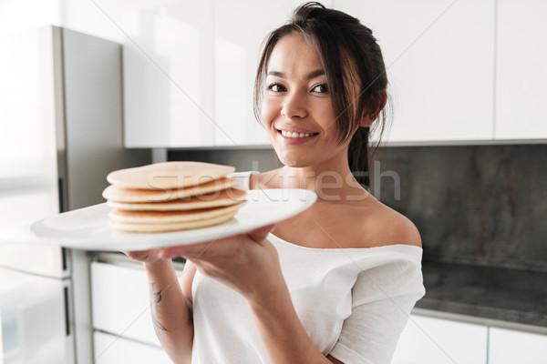Mutlu genç kadın krep fotoğraf ayakta Stok fotoğraf © deandrobot