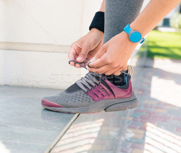 Vrouwelijke handen schoenveters afbeelding buitenshuis Stockfoto © deandrobot