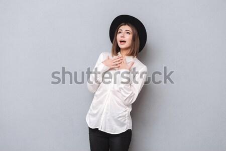 Retrato enojado mujer pie armas doblado Foto stock © deandrobot