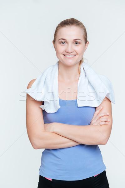 Glimlachende vrouw permanente armen gevouwen handdoek geïsoleerd Stockfoto © deandrobot