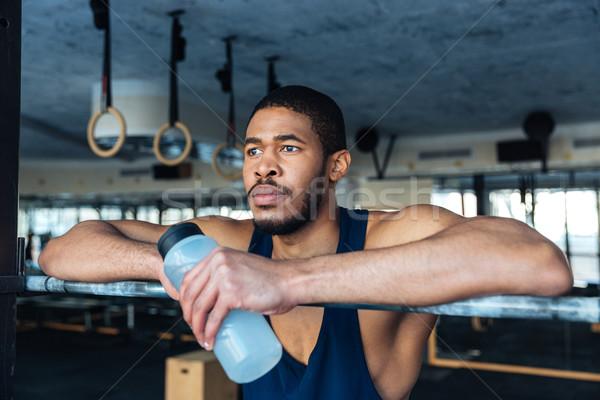 Pensativo deportes hombre botella agua Foto stock © deandrobot