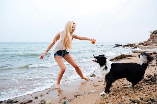 Foto d'archivio: Felice · donna · giocare · cane · spiaggia