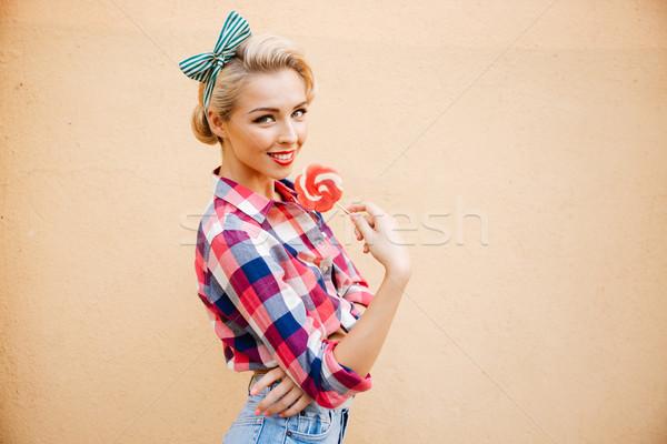 Gelukkig mooie jonge vrouw permanente eten zoete Stockfoto © deandrobot