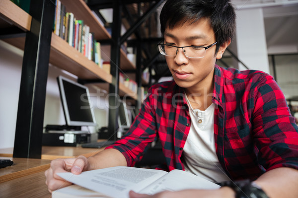 Foto stock: Feliz · asiático · masculino · estudante · leitura · livro
