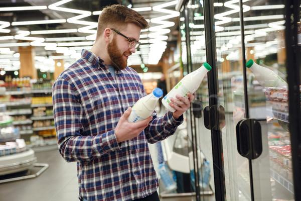 Oldalnézet szakállas férfi választ tej szemüveg Stock fotó © deandrobot