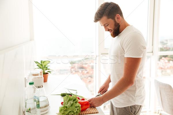 Vista laterale felice barbuto uomo vegetali tavola Foto d'archivio © deandrobot