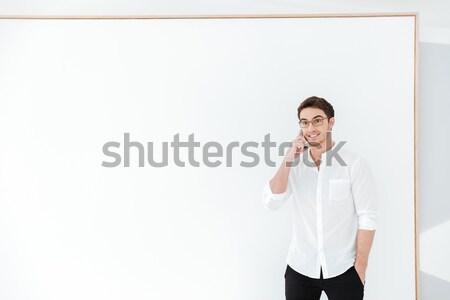 Concentrado pensando joven imagen gris camiseta Foto stock © deandrobot