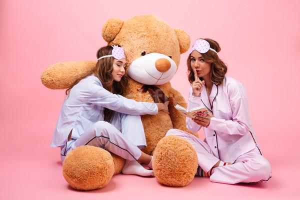 Due bella ragazze pigiama seduta grande Foto d'archivio © deandrobot