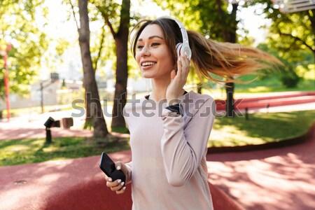 Jeunes asian femme d'affaires écouter de la musique Photo stock © deandrobot