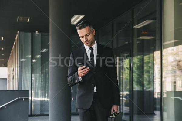 Portrait sérieux jeunes affaires costume serviette Photo stock © deandrobot