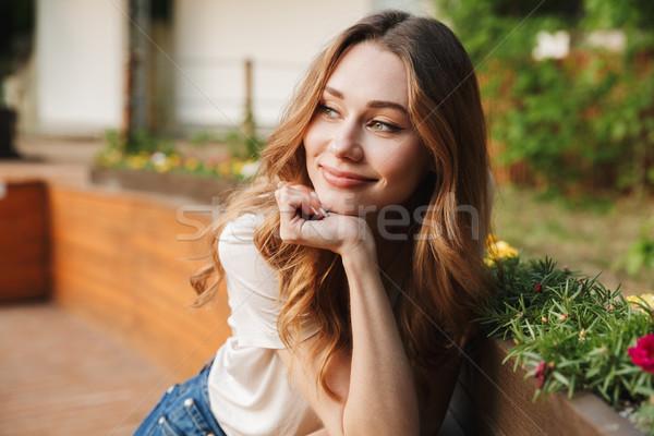 Mosolyog fiatal lány lezser ruházat másfelé néz áll Stock fotó © deandrobot