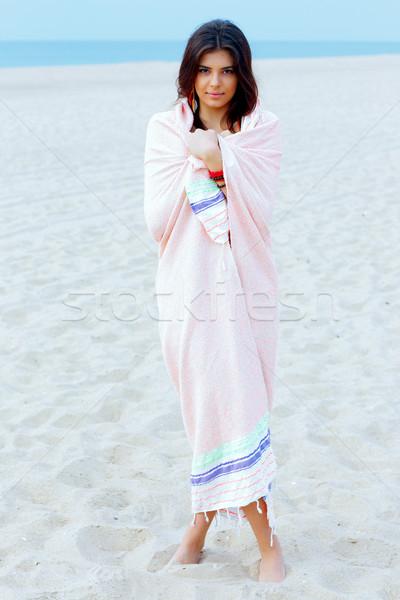 Fiatal gyönyörű nő pléd tengerpart lány mosoly Stock fotó © deandrobot