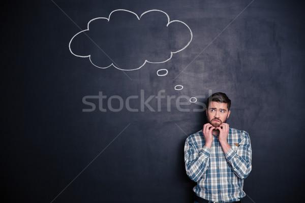Stock fotó: Figyelmes · férfi · felfelé · néz · copy · space · fiatalember · áll