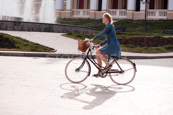 Gelukkig vrouw glimlachen paardrijden fiets stad jonge vrouw Stockfoto © deandrobot