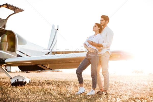 Feliz Pareja luna de miel pie avión campo Foto stock © deandrobot
