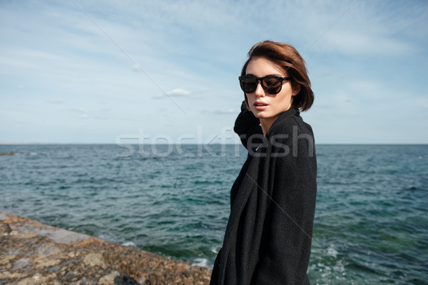 女性 サングラス 黒 コート 徒歩 海 ストックフォト © deandrobot