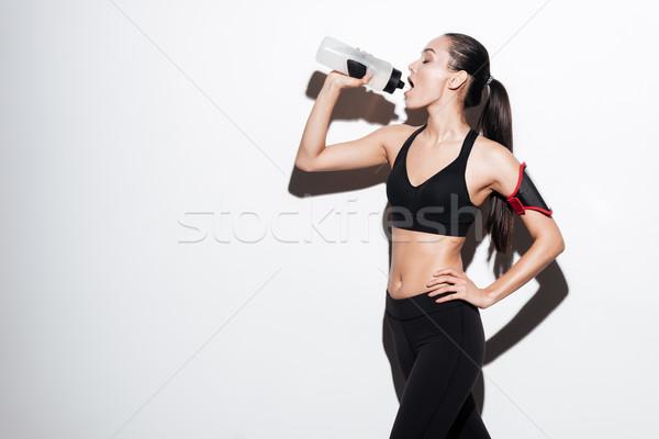 Сток-фото: красивой · молодые · Фитнес-женщины · Постоянный · питьевая · вода · белый